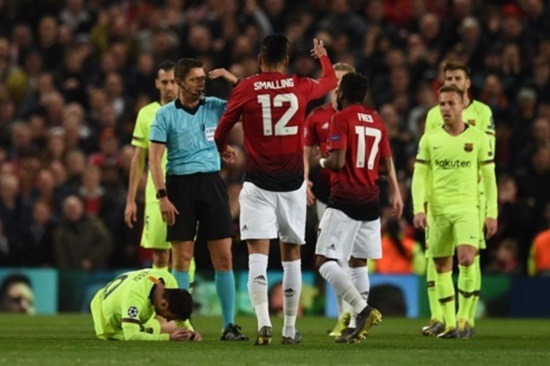 Cận cảnh gương mặt bầm dập của Messi sau pha va chạm với hậu vệ MU - Ảnh 7