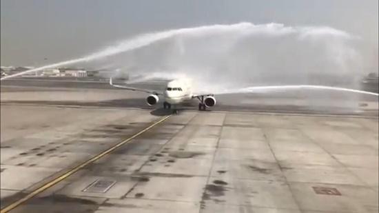 Sân bay Dubai phun vòi rồng chào mừng làm bật cửa thoát hiểm máy bay - Ảnh 2