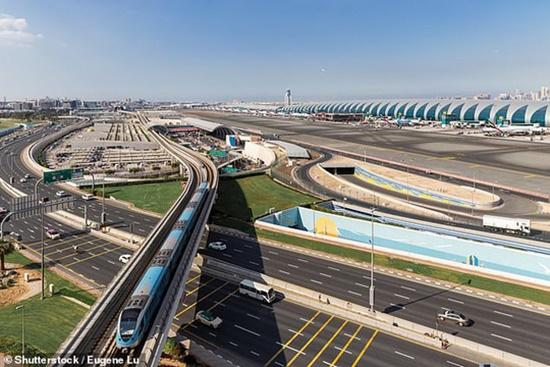 Sân bay Dubai phun vòi rồng chào mừng làm bật cửa thoát hiểm máy bay - Ảnh 1