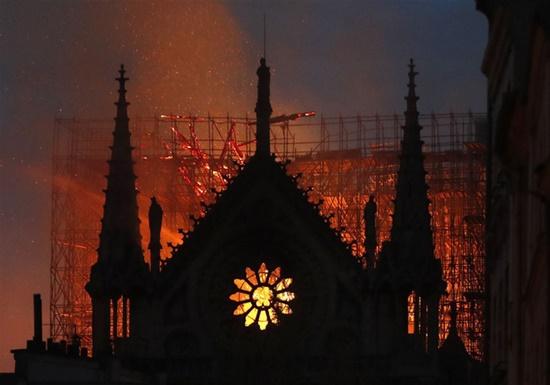 """Tiểu thuyết """"Thằng gù Nhà thờ Đức Bà Paris"""" bán chạy sau vụ hỏa hoạn  - Ảnh 1"""