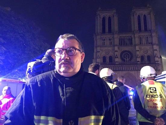 Vụ cháy Nhà thờ Đức Bà Paris: Linh mục xả thân cứu thánh tích được ca ngợi như người hùng - Ảnh 1