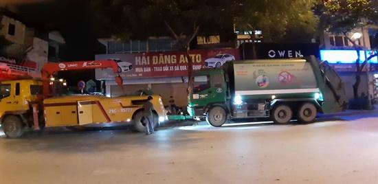 Hà Nội: Xe chở rác đâm người dừng đèn đỏ gãy nát chân - Ảnh 2