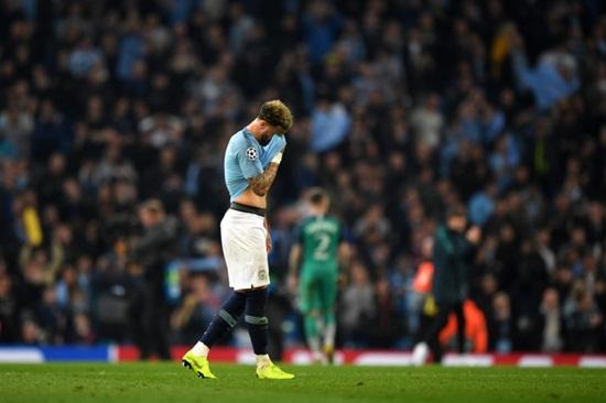 Video: Cận cảnh màn ăn mừng hụt đầy cay đắng ở phút bù giờ của CĐV Man City - Ảnh 1