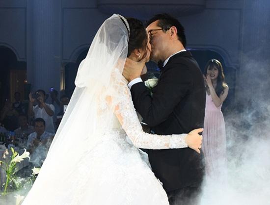"""Tiệc cưới đẹp lung linh quy tụ dàn nghệ sĩ """"khủng"""" miền Bắc của NSND Trung Hiếu - Ảnh 2"""