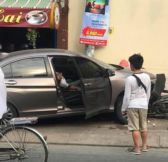 TP.HCM: Tài xế xe 4 chỗ sùi bọt mép, la hét rồi ngất xỉu sau khi gây tai nạn - Ảnh 2