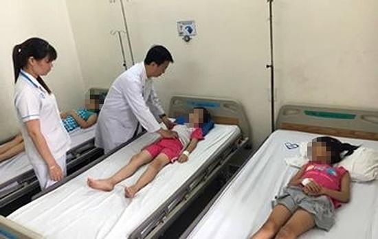 Hơn 60 học sinh tiểu học ở TP.HCM nhập viện sau bữa ăn trưa - Ảnh 1