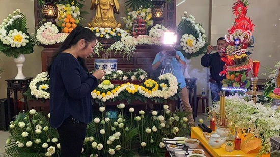 Người thân nghẹn ngào, đồng nghiệp khóc đỏ mắt trong tang lễ nghệ sĩ Anh Vũ - Ảnh 3