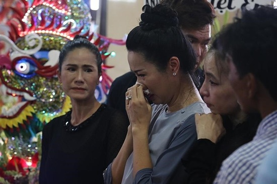 Người thân nghẹn ngào, đồng nghiệp khóc đỏ mắt trong tang lễ nghệ sĩ Anh Vũ - Ảnh 4