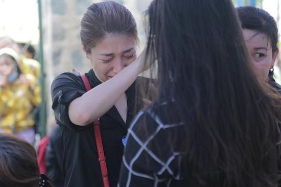 Người thân nghẹn ngào, đồng nghiệp khóc đỏ mắt trong tang lễ nghệ sĩ Anh Vũ - Ảnh 5