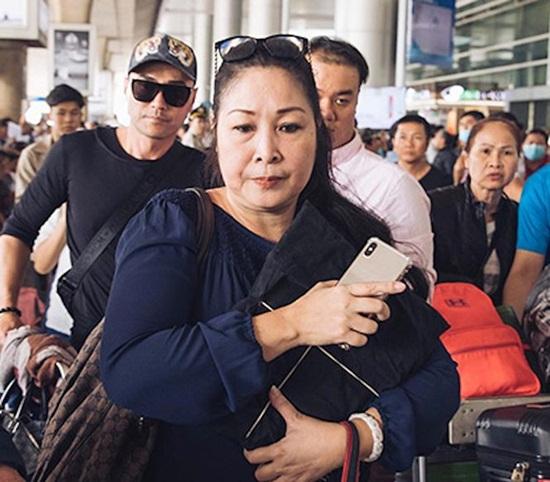 Thi hài nghệ sĩ Anh Vũ về tới Việt Nam: Người thân, đồng nghiệp khóc nghẹn tiếc thương - Ảnh 3