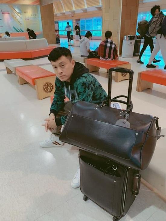 """Lam Trường ngủ """"lây lất"""" ở sân bay vì mất hộ chiếu trên đường đi Mỹ - Ảnh 1"""