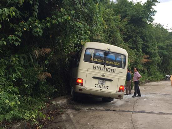 Vụ xe chở đoàn khách Singapore gặp nạn khi đổ đèo Bạch Mã: Sức khỏe các nạn nhân đã ổn định - Ảnh 1