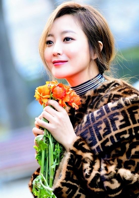 """Vẻ đẹp đỉnh cao ở tuổi 42 khiến Kim Hee Sun được ca ngợi là """"quốc bảo nhan sắc"""" - Ảnh 4"""