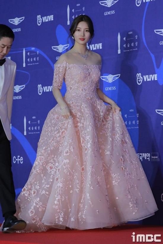 Vẻ đẹp nữ thần của Suzy trên thảm đỏ Baeksang 2019 được ca ngợi hết lời - Ảnh 2