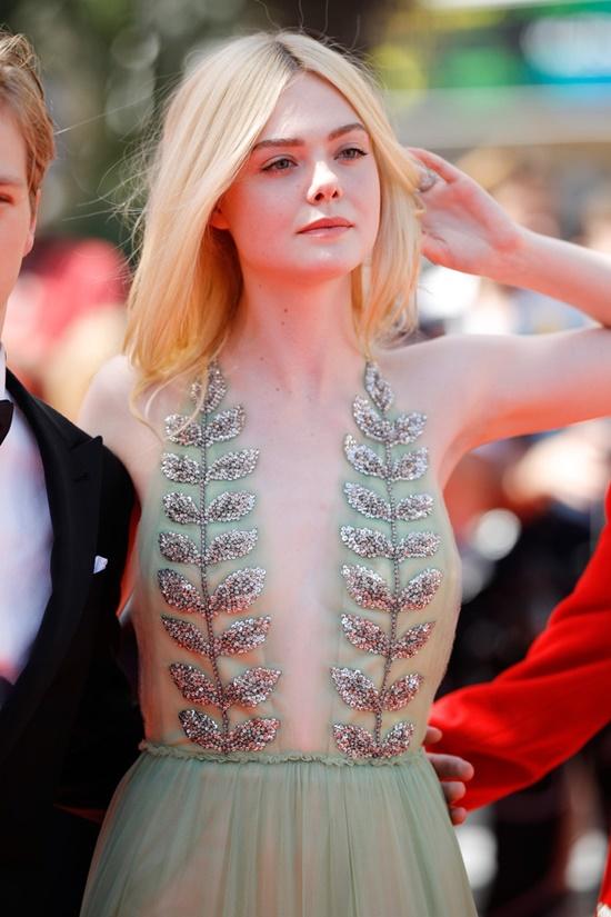 Nhan sắc nóng bỏng, đẹp như thiên thần của nữ giám khảo 21 tuổi tại LHP Cannes 2019 - Ảnh 11