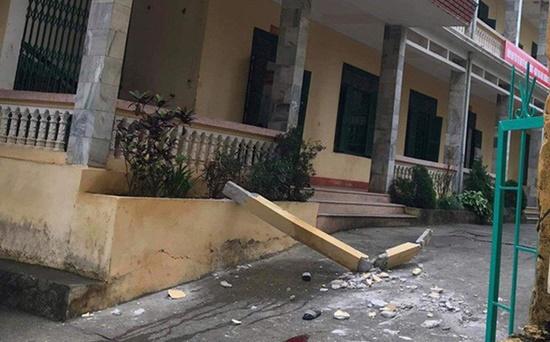 Hòa Bình: 2 học sinh thương vong vì bị cột bê tông ở trường rơi trúng - Ảnh 1