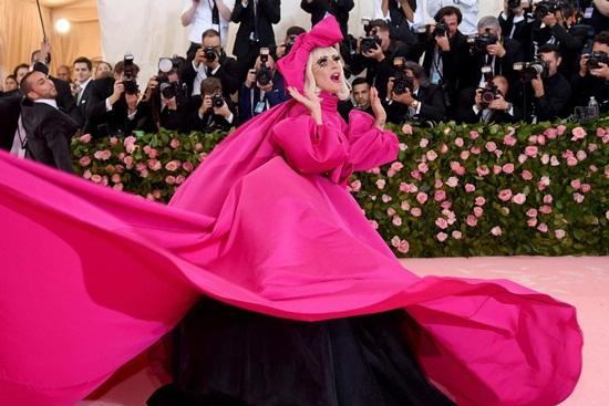 Thảm hồng Met Gala 2019: Lady Gaga 3 lần lột váy, Katy Perry hóa đèn chùm - Ảnh 2