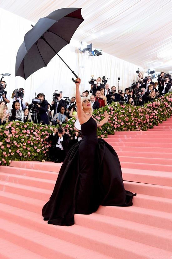 Thảm hồng Met Gala 2019: Lady Gaga 3 lần lột váy, Katy Perry hóa đèn chùm - Ảnh 3