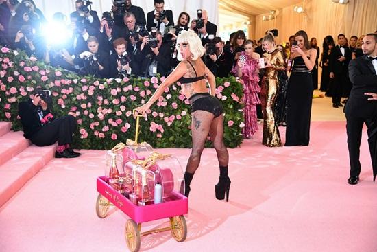 Thảm hồng Met Gala 2019: Lady Gaga 3 lần lột váy, Katy Perry hóa đèn chùm - Ảnh 5