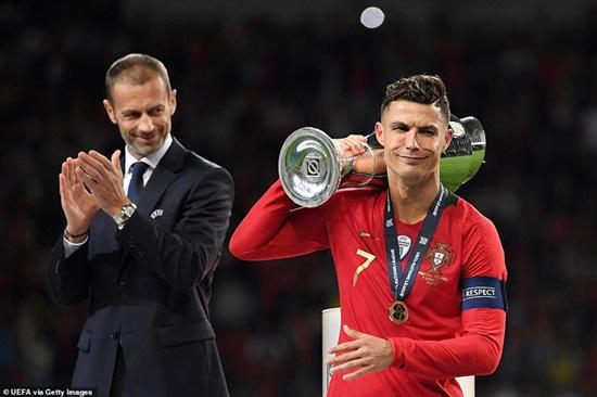 """Biểu cảm """"khó đỡ"""" và """"lời mời gọi"""" của Ronaldo với đối thủ sau khi vô địch Nations League - Ảnh 4"""