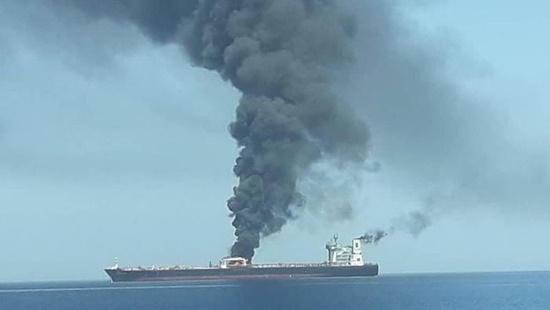 Hai tàu chở dầu bị tấn công bí ẩn trên vịnh Oman - Ảnh 1