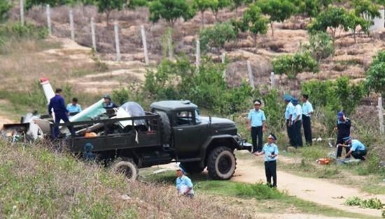 Đưa thi thể 2 phi công hy sinh trong vụ máy bay rơi ở Khánh Hòa về Bệnh viện Quân y 87 - Ảnh 1