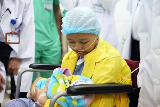 Xúc động hình ảnh người mẹ ung thư lần đầu gặp con sau 23 ngày sinh mổ - Ảnh 2