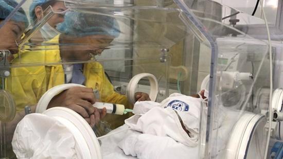 Xúc động hình ảnh người mẹ ung thư lần đầu gặp con sau 23 ngày sinh mổ - Ảnh 1