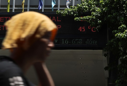 Mặt đường tăng nhiệt gần 60 độ C, người dân Hà Nội vẫn vật vã tìm kế mưu sinh - Ảnh 2