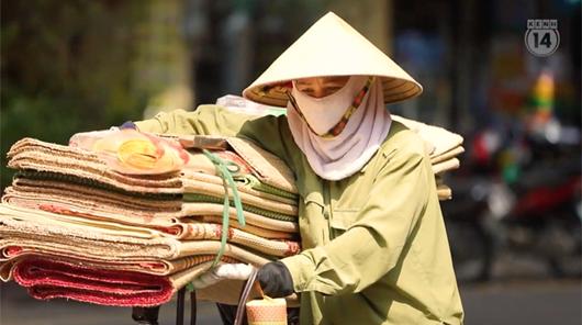 Mặt đường tăng nhiệt gần 60 độ C, người dân Hà Nội vẫn vật vã tìm kế mưu sinh - Ảnh 3