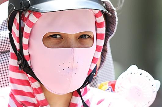 Mặt đường tăng nhiệt gần 60 độ C, người dân Hà Nội vẫn vật vã tìm kế mưu sinh - Ảnh 10