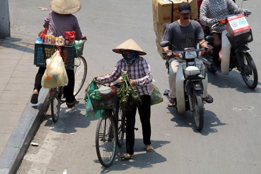 Mặt đường tăng nhiệt gần 60 độ C, người dân Hà Nội vẫn vật vã tìm kế mưu sinh - Ảnh 5