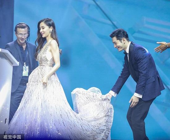 Tin tức giải trí mới nhất ngày 4/6/2019: Huỳnh Hiểu Minh nâng váy cho Angelababy, xóa tan tin đồn ly hôn - Ảnh 1