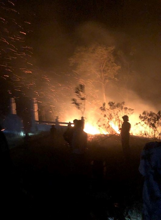 Tiếp tục cháy rừng ở Hà Tĩnh, người dân nhanh chóng di dời, kêu gọi dập lửa - Ảnh 2