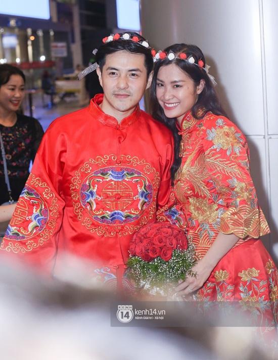 """Đông Nhi - Ông Cao Thắng diện đồ cô dâu chú rể, làm """"đám cưới"""" ngay ở sân bay - Ảnh 4"""