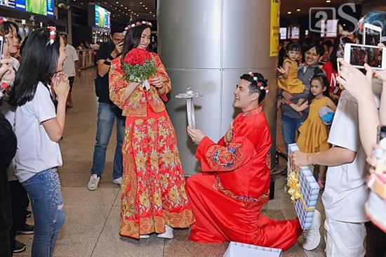 """Đông Nhi - Ông Cao Thắng diện đồ cô dâu chú rể, làm """"đám cưới"""" ngay ở sân bay - Ảnh 2"""
