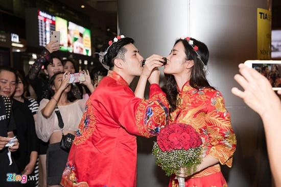 """Đông Nhi - Ông Cao Thắng diện đồ cô dâu chú rể, làm """"đám cưới"""" ngay ở sân bay - Ảnh 3"""