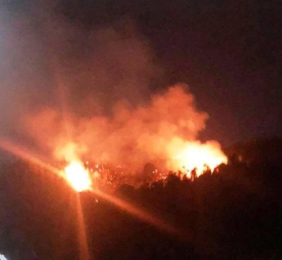 Cháy dữ đội núi Bà Hỏa trong đêm, người dân Quy Nhơn hoảng sợ di tản - Ảnh 1