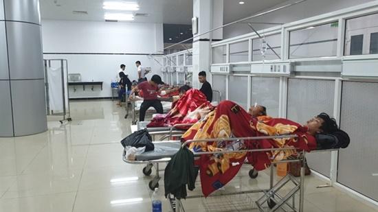 Đắk Lắk: Lật xe khách trong đêm, 1 người chết, hàng chục người bị thương - Ảnh 2