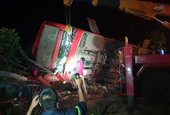 Đắk Lắk: Lật xe khách trong đêm, 1 người chết, hàng chục người bị thương - Ảnh 1