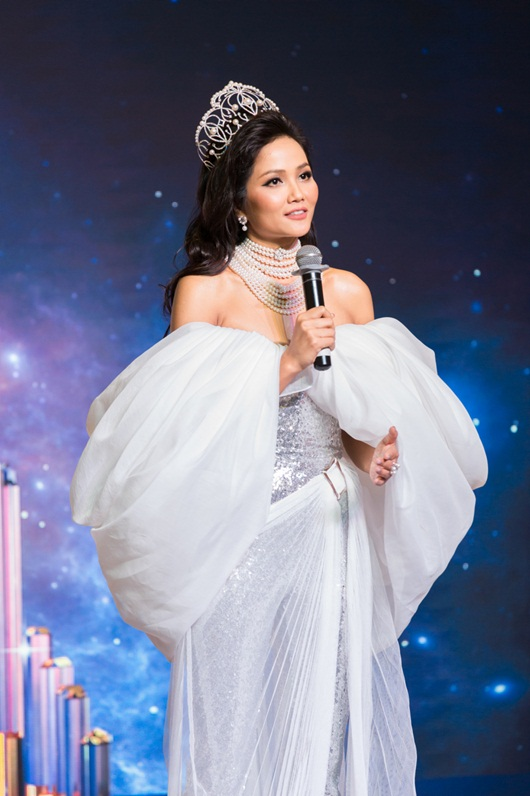 Tin tức giải trí mới nhất ngày 17/7: H'Hen Niê được tặng lại vương miện 2,7 tỷ - Ảnh 1