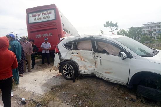 """Hà Tĩnh: Chạy tốc độ cao, xe khách """"lùa"""" CRV lên vỉa hè, 2 người bị thương - Ảnh 1"""