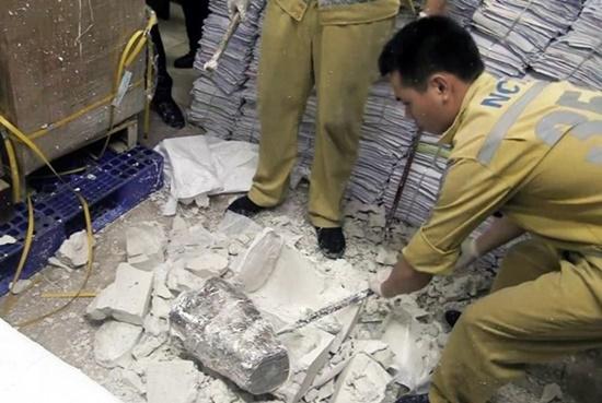 Thu giữ 55 khúc sừng tê giác giấu trong thạch cao ở sân bay Nội Bài - Ảnh 1