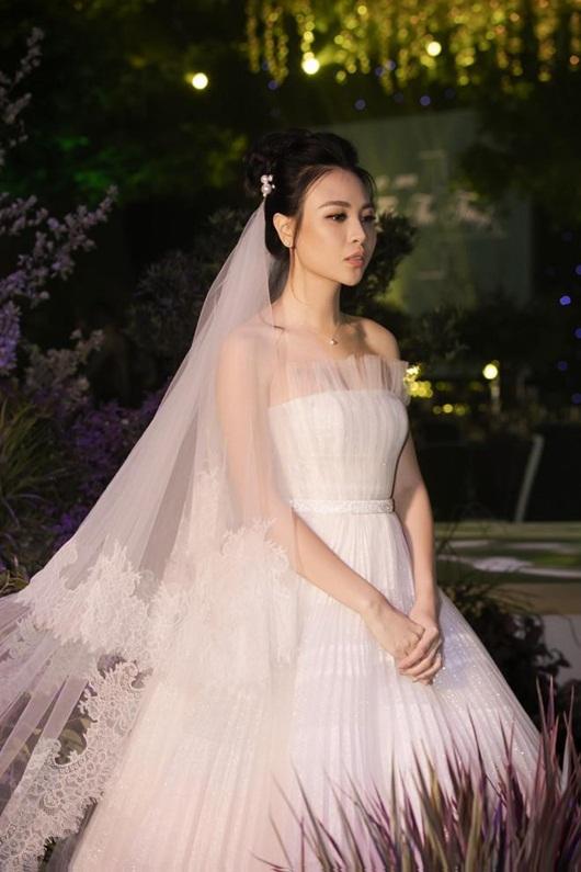 Cận cảnh 3 bộ váy cưới lộng lẫy khiến Đàm Thu Trang đẹp như công chúa trong đám cưới với Cường Đô la - Ảnh 2