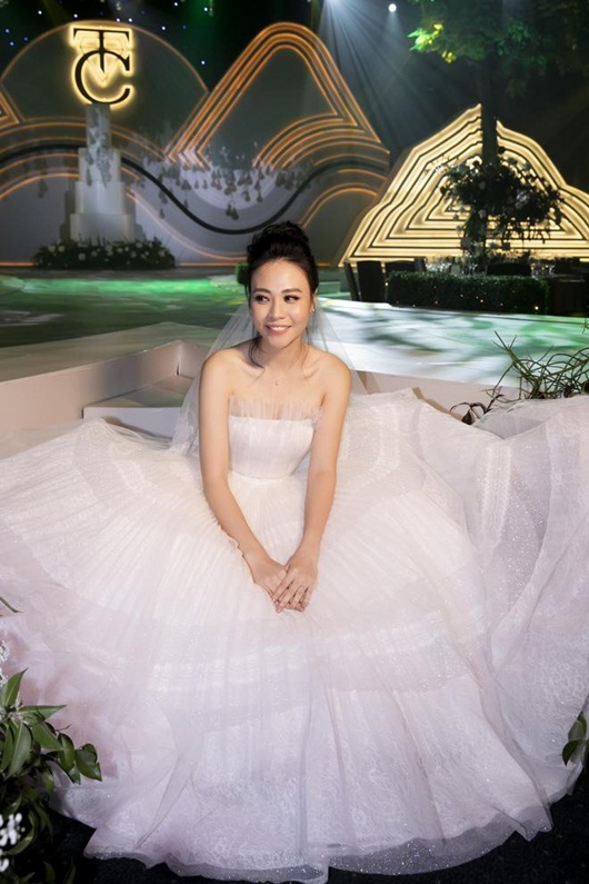 Cận cảnh 3 bộ váy cưới lộng lẫy khiến Đàm Thu Trang đẹp như công chúa trong đám cưới với Cường Đô la - Ảnh 3