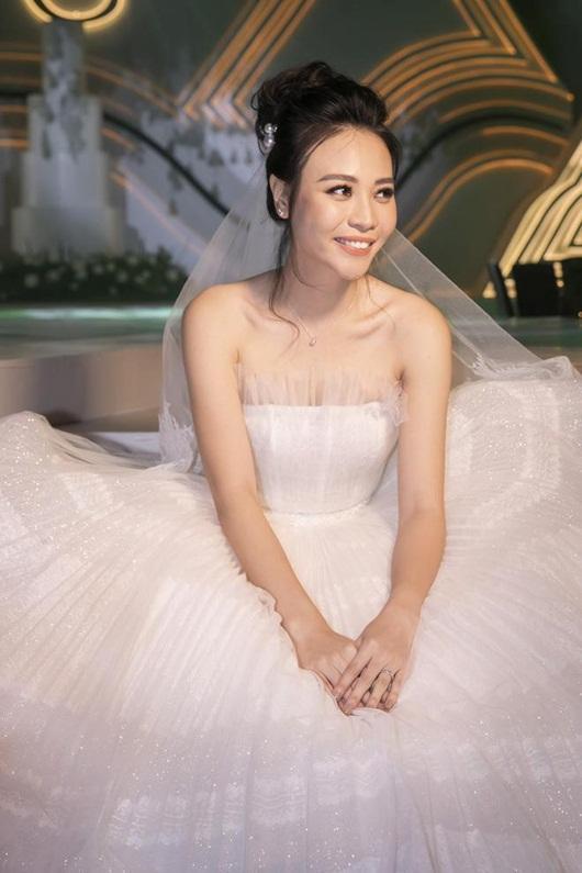 Cận cảnh 3 bộ váy cưới lộng lẫy khiến Đàm Thu Trang đẹp như công chúa trong đám cưới với Cường Đô la - Ảnh 4