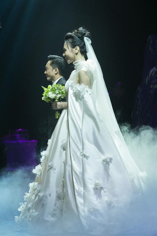 Cận cảnh 3 bộ váy cưới lộng lẫy khiến Đàm Thu Trang đẹp như công chúa trong đám cưới với Cường Đô la - Ảnh 11