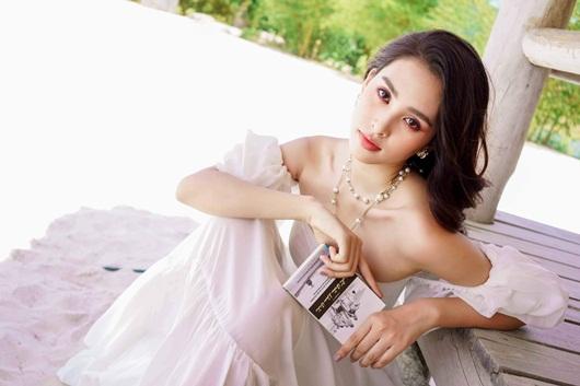 Hoa hậu Tiểu Vy quá đỗi xinh đẹp khoe vai trần gợi cảm ở tuổi 19 - Ảnh 6