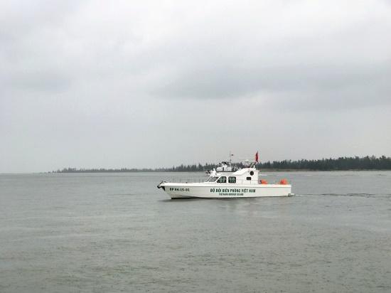 Tìm kiếm người cha bị sóng cuốn trôi khi vớt bóng cho con ở biển Cửa Hội - Ảnh 1