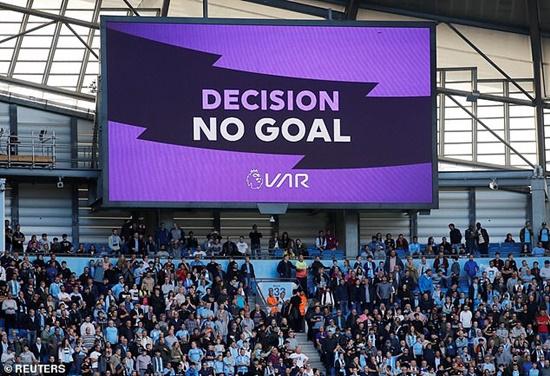 """Cầu thủ lẫn HLV Man City nổi đóa vì bị VAR """"cướp"""" đi bàn thắng - Ảnh 1"""